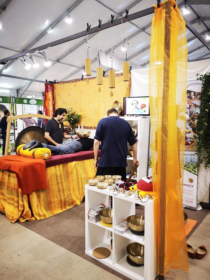 photo lors d'un massage sonore au salon du Yoga Festival Paris