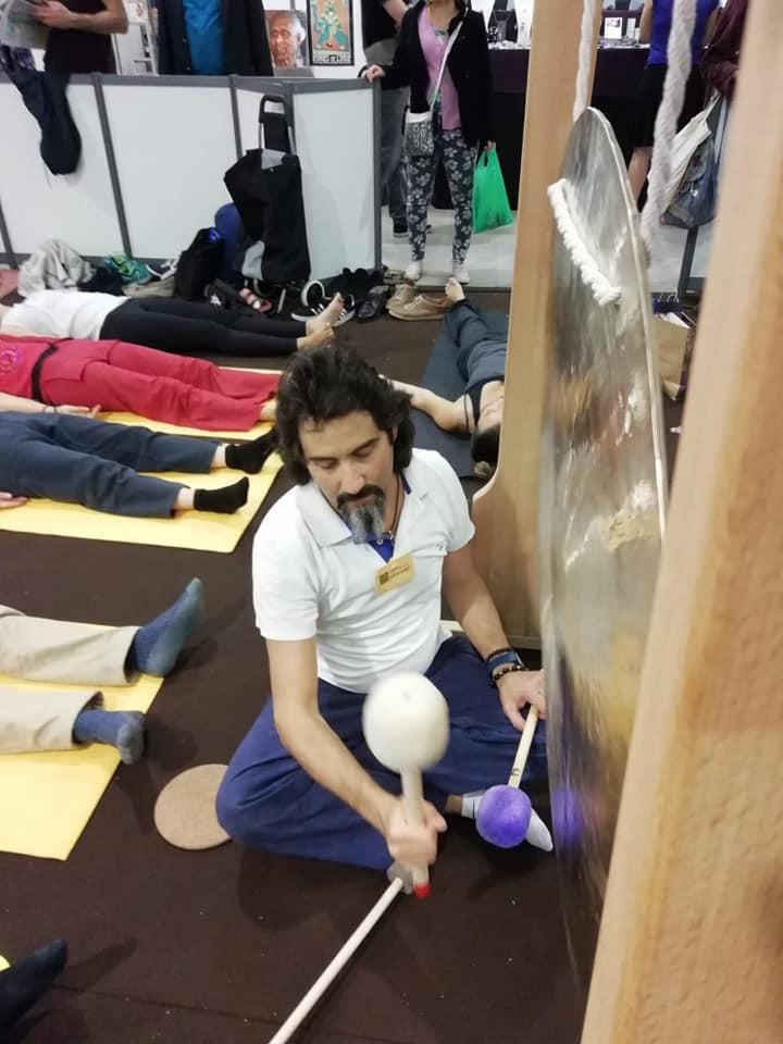 Photo où l'on voit un praticien jouer du fen gong