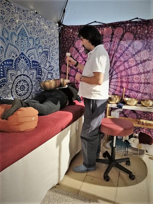 photo lors d'un massage sonore découverte au salon bien-être de Senlis