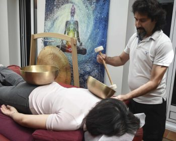 photo d'une personne recevant un massage en position ventrale