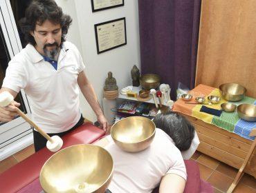 photo d'une personne recevant un massage en position ventrale avec 2 bols