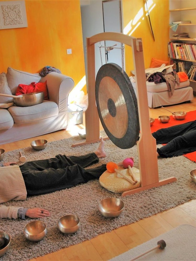 photo où l'on voit deux personnes couchées recevant un bain sonore
