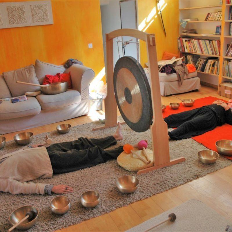 photo d'un bain sonore avec bols tibétains et tam tam gong